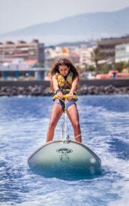 Una niña durante una de las actividades del bautismo de mar